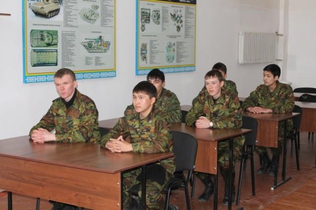 Для молодых патриотов офицеры провели экскурсию в воинской части 35/748