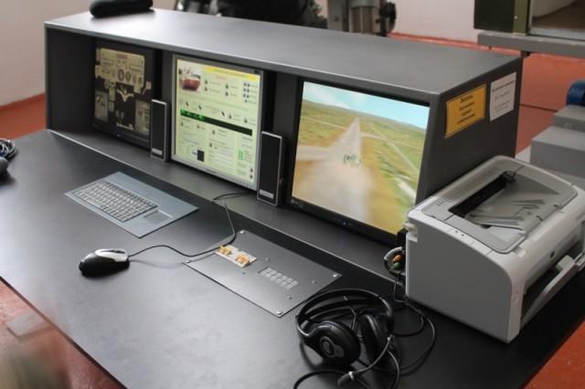 Тренажер БМП управляется с помощью этого компьютера и эмулирует реальные боевые условия
