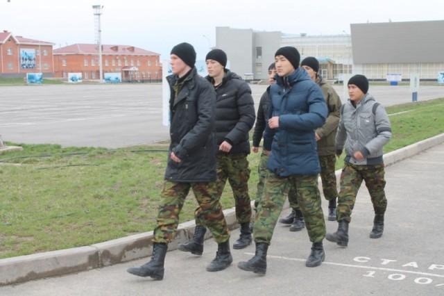 По территории войсковой части приехавшие на экскурсию передвигались как положено солдатам - строем