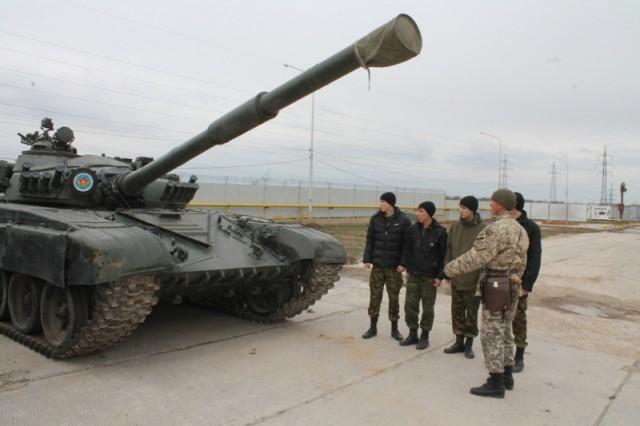 Офицеры и сержанты войсковой части 35/748 показали парням военную технику и рассказали о ее возможностях в бою