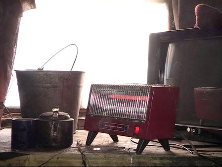 Маленький электрический обогреватель не может согреть комнату, в которой ютится пенсионер