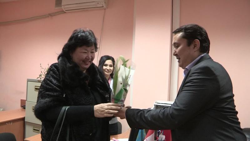"""Директор ЮКФ АО """"Альянс Банк"""" лично поздравил каждую клиентку с праздником"""