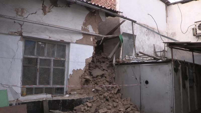 В момент обрушения в жилище находились хозяева дома и гости, но никто из них не пострадал
