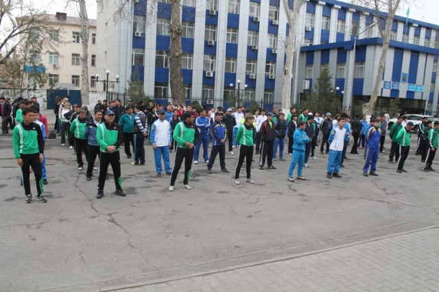 Делать зарядку перед городским акиматом  вышли в основном сотрудники шымкентских спортивных школ
