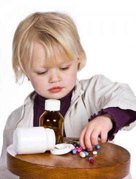 Важно объяснить ребенку, что пить лекарства без разрешения категорически нельзя!