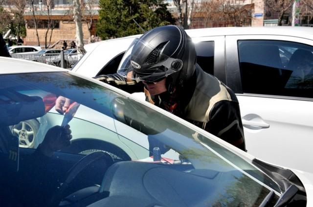 Мотоциклисты раздавали листовки, просили водителей авто быть внимательными на дорогах и по чаще смотреть в боковые зеркала