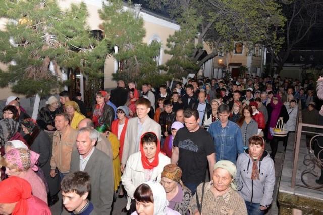 Сотни горожан собрались, чтобы отпраздновать Пасху
