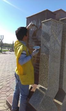 Сотрудники ТОО «Жасыл желек» следят за состоянием памятников и МАФов