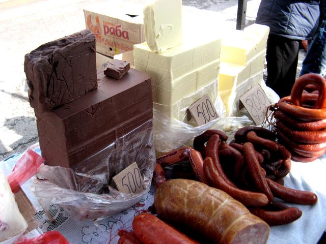 Хорошо раскупалось сливочное масло местного производства, цена - от 500 до 800 тенге за килограмм