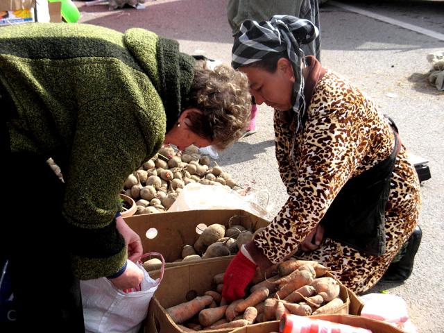 """Цены на овощи и фрукты """"кусаются"""", отмечают горожане"""
