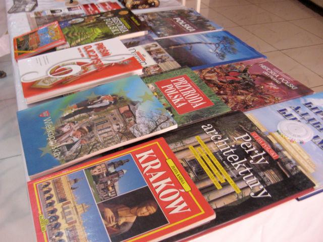 Вся литература исключительно на польском. Журналы этно-культурный центр выписывает из Польши