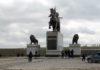 Памятник, высотой более 15 метров виден из далека