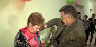 В юбилей это хрупкой женщины ее поздравили ее коллеги