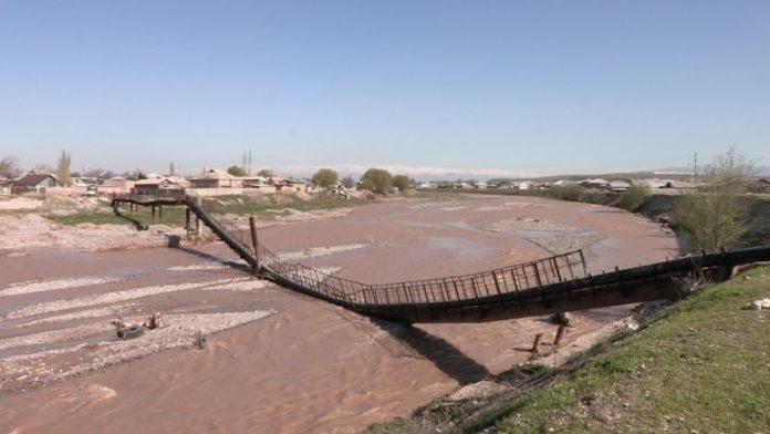 Мост рухнул вместе с водоводом