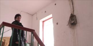 Роза Саниева покавывает затопленные щитки и электропровода