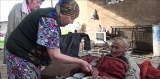 Сноха приносит еду 82-летней бабушке