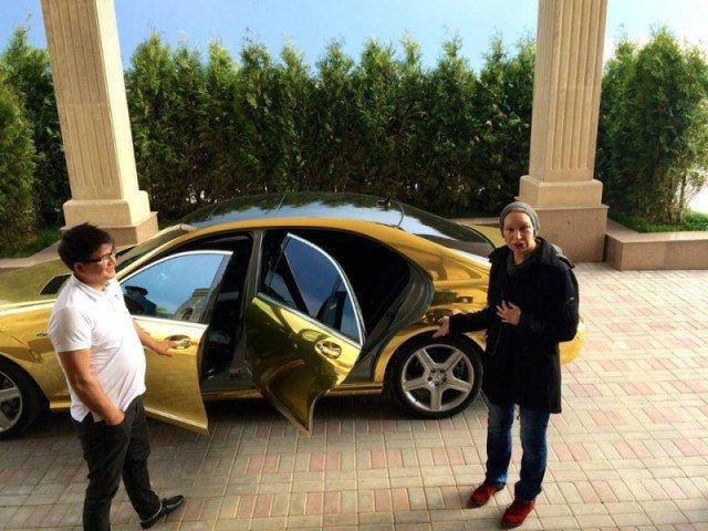 Золотая машина встречает гостей