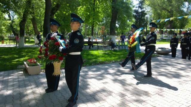 Воспитанники Республиканской военной школы-интерната С. Рахимова  почтили память павших на полях сражений Великой Отечественной возложением цветов к памятникам