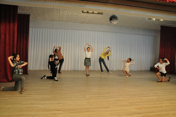 18 девочек, в возрасте от 12 до 15 лет, представили на суд зрителей два танца: традиционный национальный и современный в стиле модерн