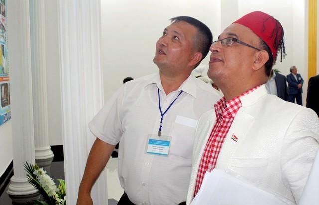 Профессор и руководитель Центра арабского языка в университете Х.А.Ясави, Нассер Уахдан вместе с личным переводчиком