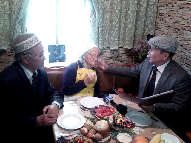 Поздравить именинницу в дом к Елене Тарасовой приехали представители совета ветеранов