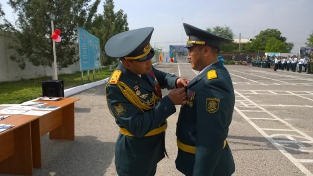 За добросовестное выполнение воинского долга военнослужащих наградили медалями