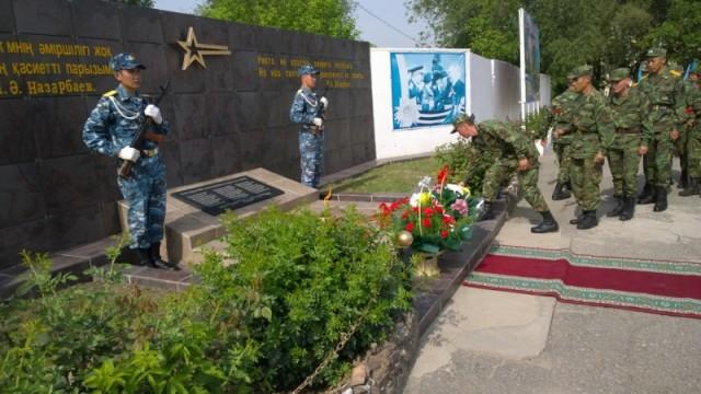 К мемориальной доске с именами участников Второй Мировой военнослужащие части 6506 возложили цветы