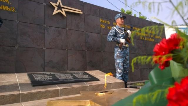 На мемориальной доске высечены имена проходивших службу в воинской части 6506, павших в борьбе с фашизмом