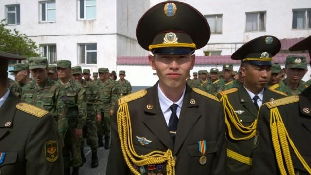 25-летний старший лейтенант Рустем - один из лучших войсковой части 6506, кого наградили медалью. Молодой офицер считает, что быть защитником Отечества в мирное время не так трудно, и в этом заслуга участников Великой Отечественной