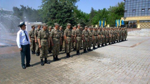Прямо на площади прошли торжественные проводы в армию призывников