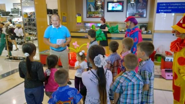 """Омирали Ералиев, директор торговой сети «Изуми»: """"Мы хотим вас поздравить с праздником, подарить вам подарки: книги, билеты в цирк и деньги, чтобы ваши родители купили вам еще подарки"""""""