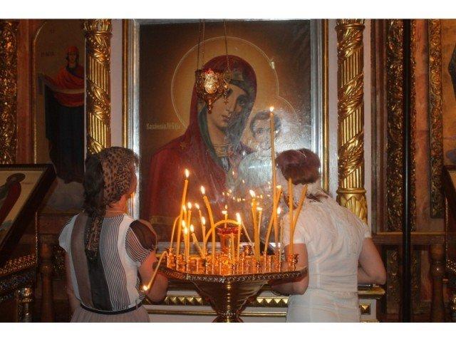 Те, кто уже прикоснулся к святыне, ставят свечи заступнице