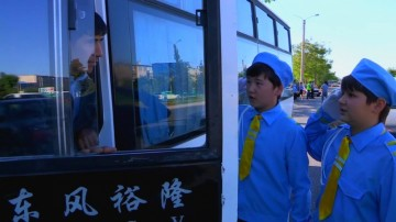 Юнные инспектора движения обращаются к автомобилисту с призывом быть внимательней