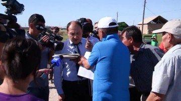 Исполняющему обязанности начальника отдела земельных отношений Шымкента Касымбеку Сайлауову не удалось успокоить недовольных