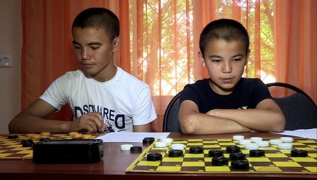 Справа на фото Елдос Наби. Слева Ислам Наби чемпион РК по шашкам среди молодежи