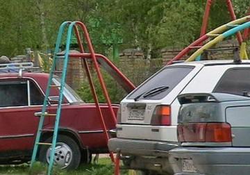 Машины ставить на детских площадках строго запрещено
