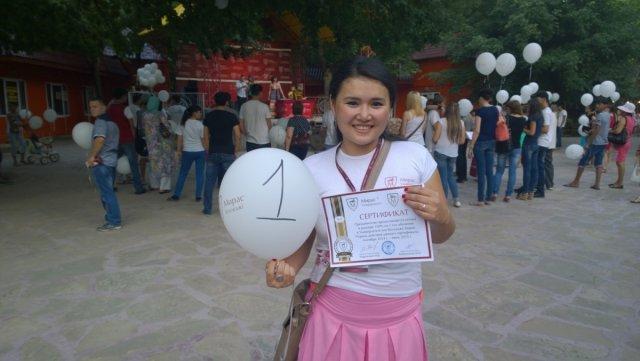 """Динара Оралова, победительница розыгрыша: """"Это большая радость не только для меня, но и для моей мамы. В университете мы учимся вместе с сестрой. Благодаря выигранному сертификату теперь маме будет легче платить. Словами свою радость не могу передать""""."""