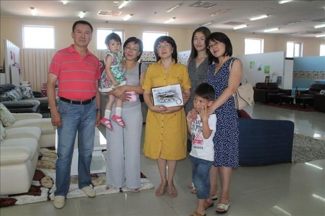 Победительница розыгрыша Лаура Сандыбаева в окружении семьи