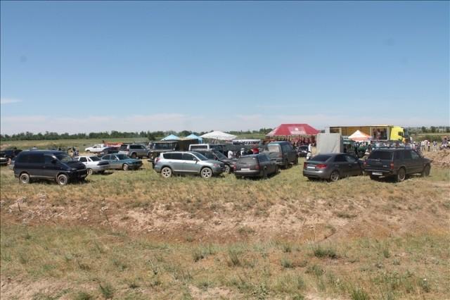 Любители мотоциклов около трассы развернули свой лагерь
