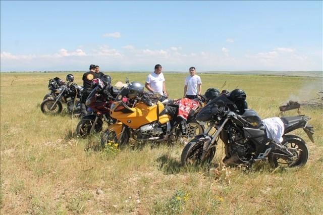 Сюда собрались байкеры на самых разных мотоциклах