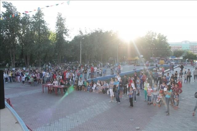 Всего за пол часа около сцены собралась большая толпа любителей хип-хопа