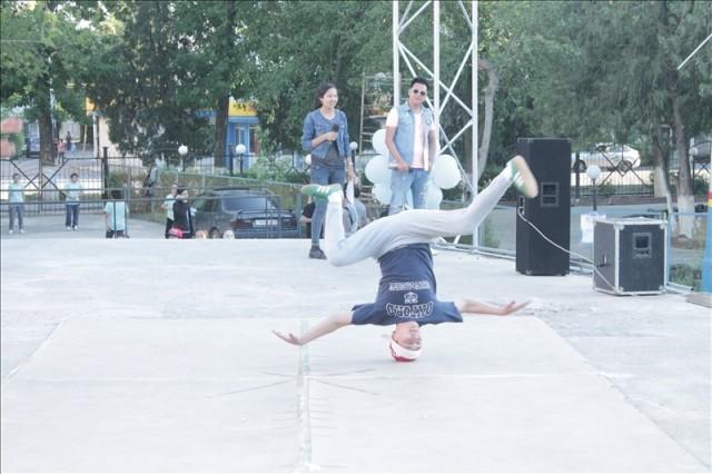Молодые танцоры исполняли самые сложные танцевальные элементы на раз