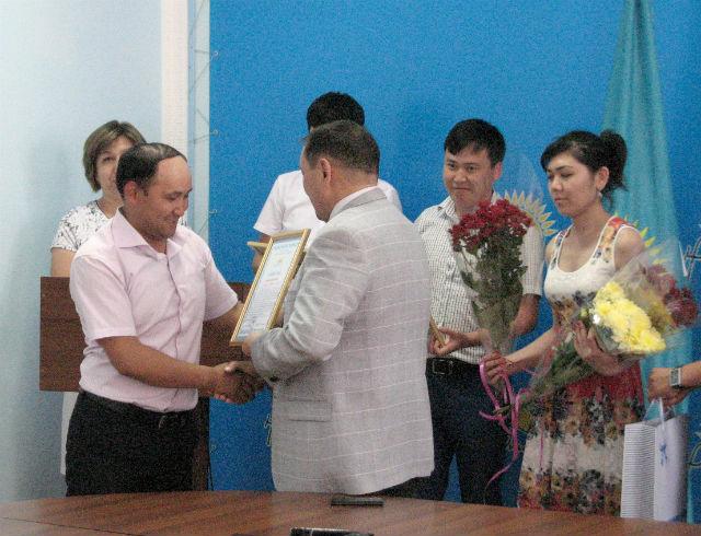 В здании партии Нур Отан, журналистов наградили памятными подарками и благодарственными письмами