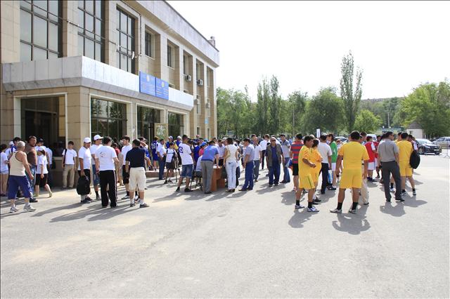 После завершения спринтерских забегов все участники вышли со стадиона, чтобы принять участие в перетягивании каната