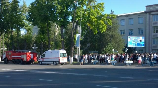 Возле пункта тестирования в ЮКГУ им. М.Ауезова дежурит полиция, скорая и пожарные
