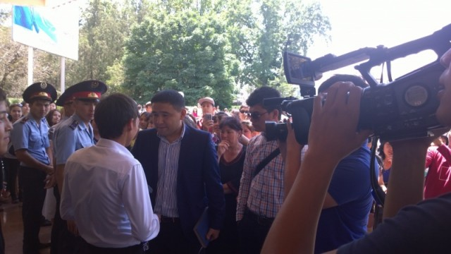 Под громкие овации журналисты встречают первых прошедших испытание