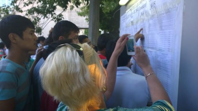 Родители пришли узнать, сколько баллов набрали их дети
