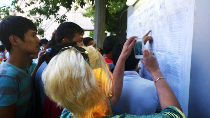 Абитуриенты и их родители смотрят результаты ЕНТ
