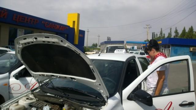 Представительницы слабого пола не только моют свои машины, но и ремонтируют сами