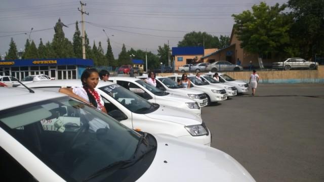 Таксисты в юбке в Шымкенте отбивают клиентов у мужчин